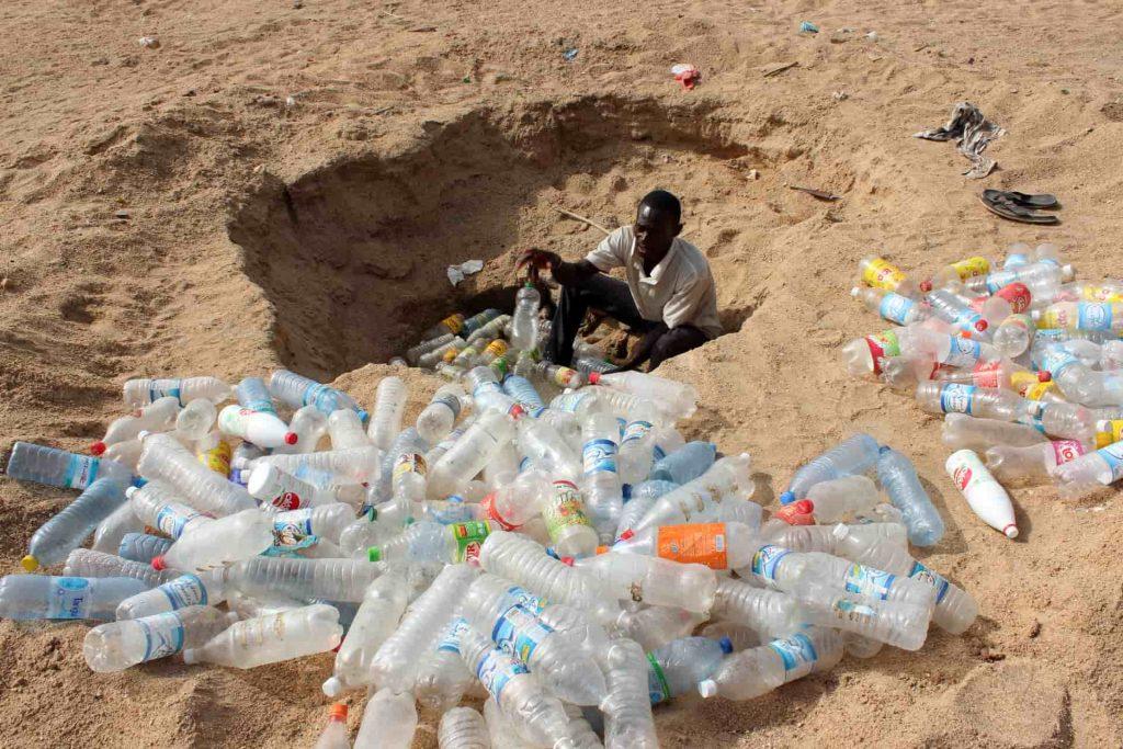 Rác thải từ chai lọ bằng nhựa cần được tái chế