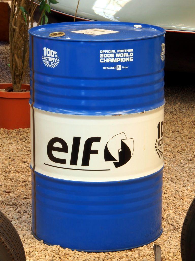 Dầu nhớt thải phải được đựng trong thùng đậy kín